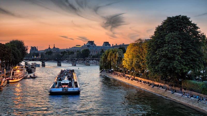Bateaux Mouches sur la Seine, Paris images stock