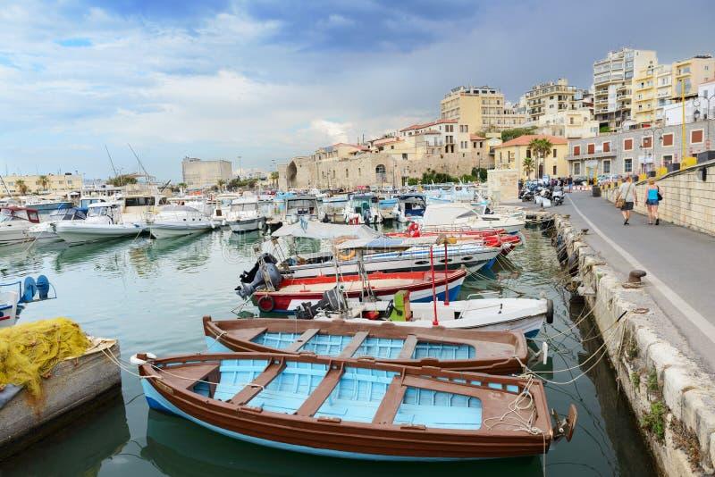 Bateaux multicolores de pêcheurs dans le port de Héraklion Crète, Grèce photos stock