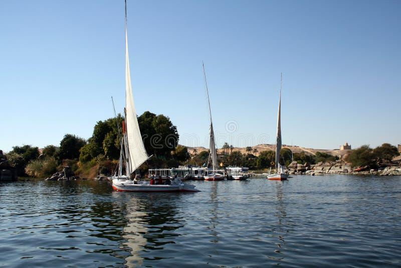 Bateaux naviguant dans le fleuve le Nil d'Aswan images stock