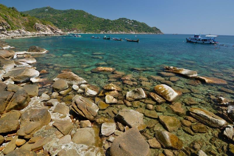 Bateaux naviguants au schnorchel dans la baie de Hin Ngam KOH Tao Archipel de Chumphon thailand photo stock