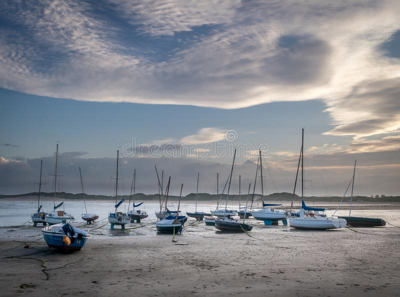 Bateaux ou yachts amarrés sur la plage photos stock