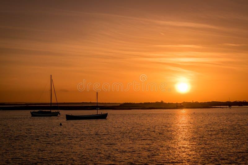 Bateaux pendant le coucher du soleil image libre de droits