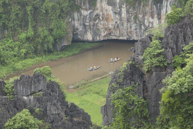 Bateaux portant le touriste sur la rivière de Ngo Dong image libre de droits