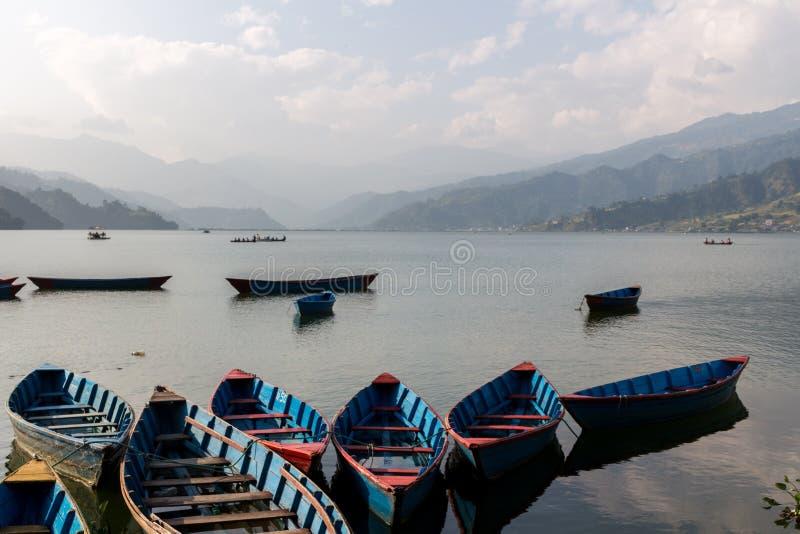 Bateaux pour la location au Népal images libres de droits