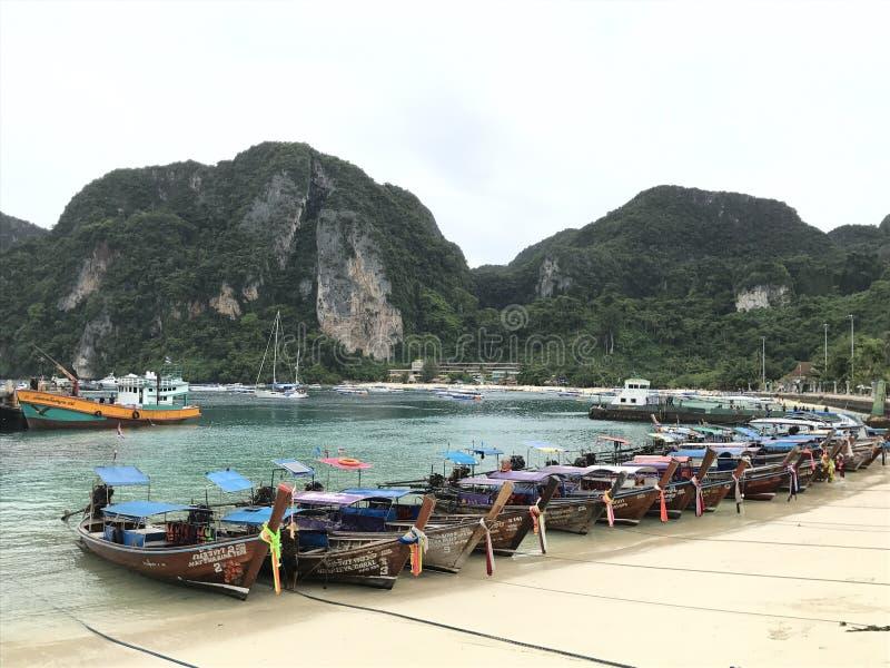 Bateaux près de l'île images libres de droits