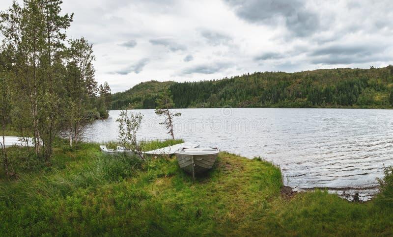 Bateaux près du lac Langelandsvatnet en Norvège images stock