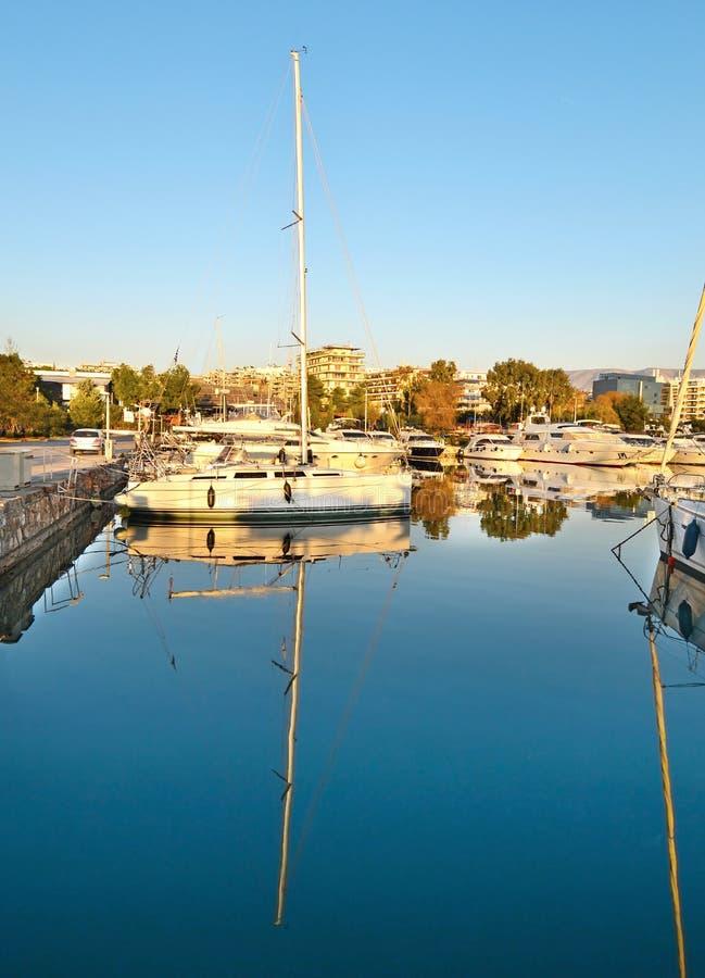 Bateaux réfléchis sur la mer Alimos Grèce photos stock