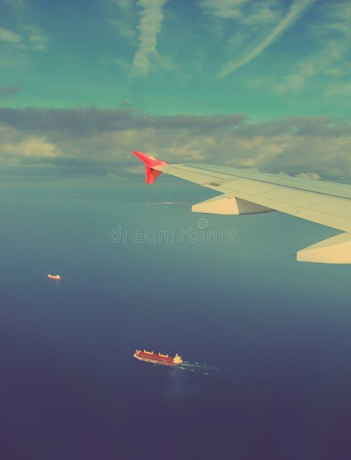 Bateaux sous l'aile de l'avion - rétro style de vintage photographie stock libre de droits