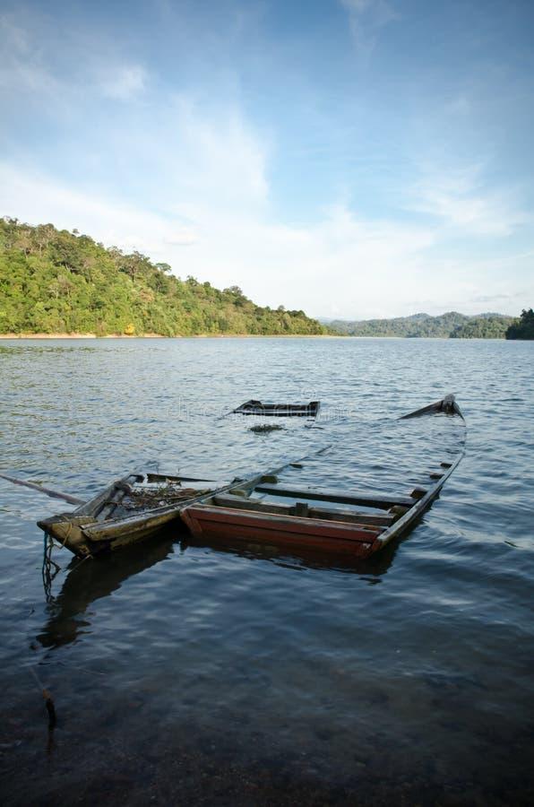 Bateaux submergés dans un lac images stock