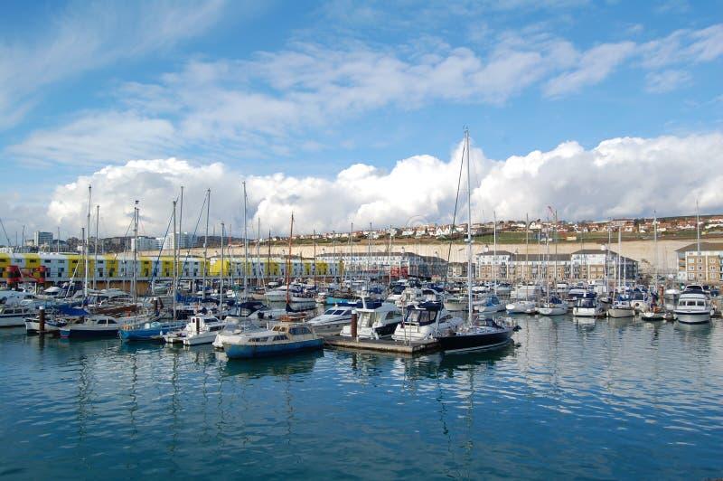 Bateaux sur Brighton Marina photographie stock libre de droits