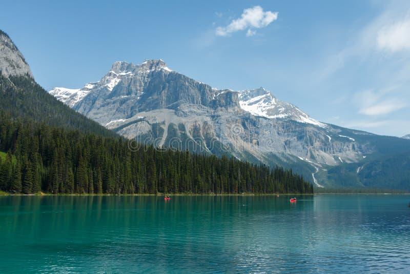 Bateaux sur Emerald Lake, la forêt et les montagnes photos libres de droits