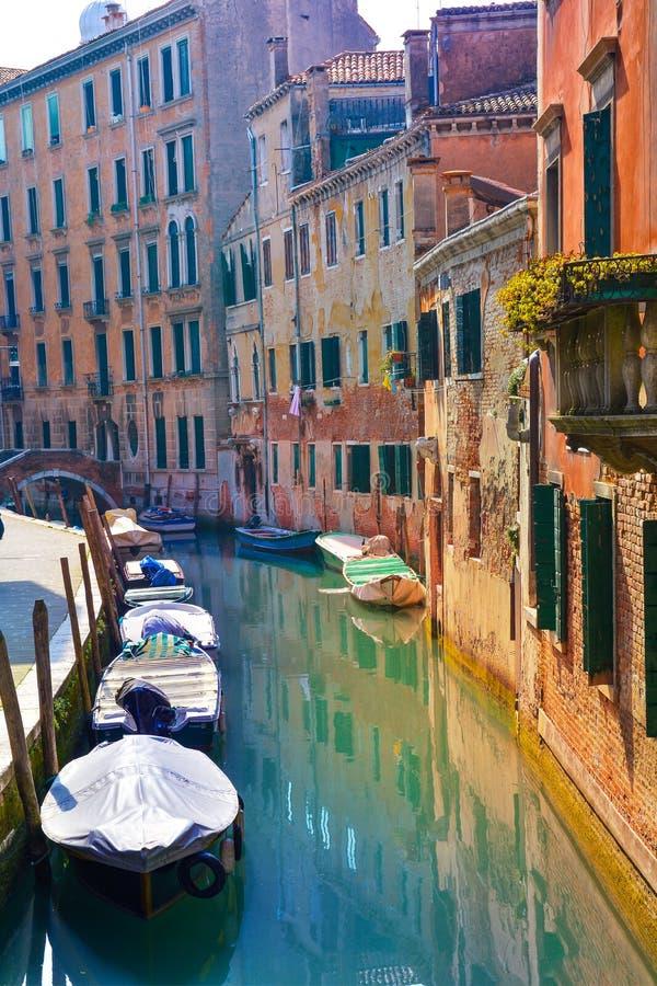Bateaux sur l'architecture de canal et de maison de Venise image stock
