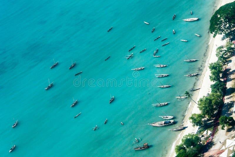 Bateaux sur la côte de Zanzibar photo stock