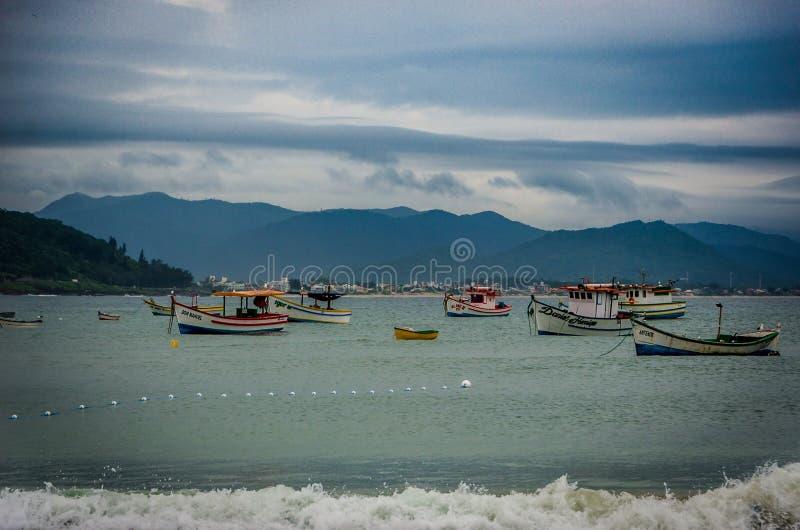 Bateaux sur la mer photo libre de droits