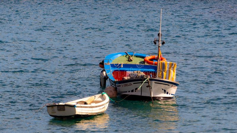 Bateaux sur la mer Belles couleurs image stock