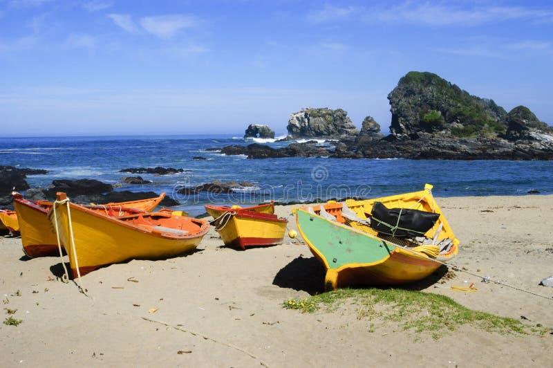 Bateaux sur la plage photos stock