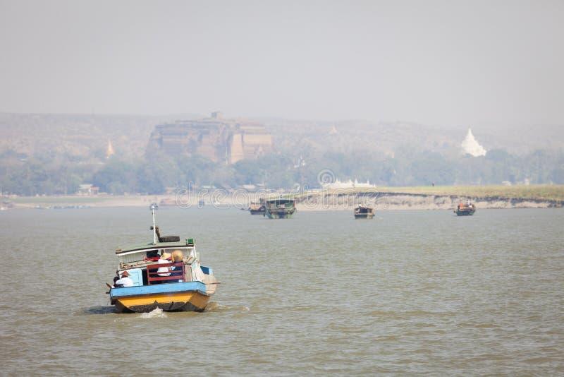 Bateaux sur la rivière d'Irrawaddy images libres de droits