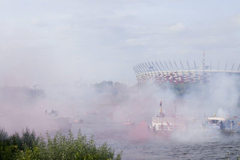 Bateaux sur la rivière la Vistule à Varsovie pendant la célébration du soixante-quinzième anniversaire du soulèvement de Varsovie photographie stock libre de droits