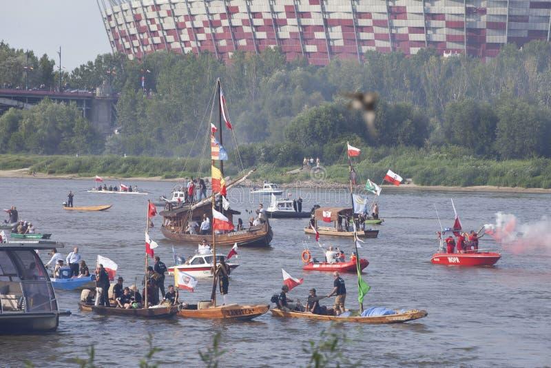 Bateaux sur la rivière la Vistule à Varsovie pendant la célébration du soixante-quinzième anniversaire du soulèvement de Varsovie photo libre de droits
