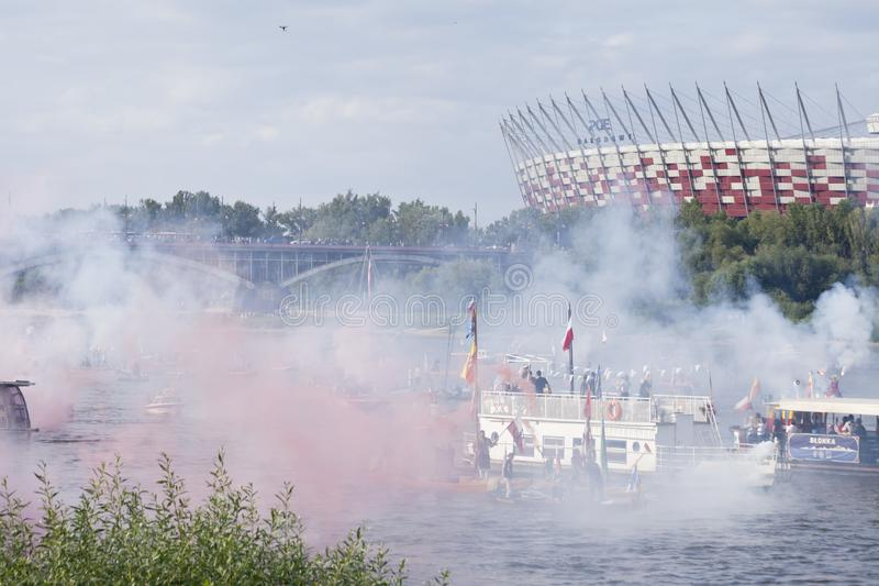 Bateaux sur la rivière la Vistule à Varsovie pendant la célébration du soixante-quinzième anniversaire du soulèvement de Varsovie image stock