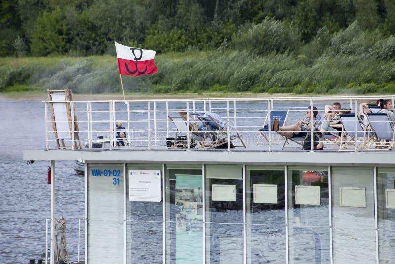 Bateaux sur la rivière la Vistule à Varsovie pendant la célébration du soixante-quinzième anniversaire du soulèvement de Varsovie photo stock