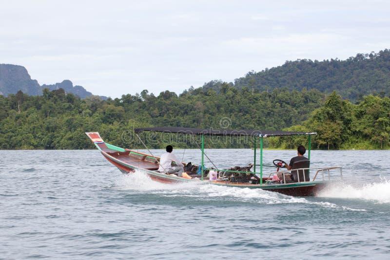 Bateaux sur le barrage Ratchaprapa SuratThani Thaïlande de lac images libres de droits