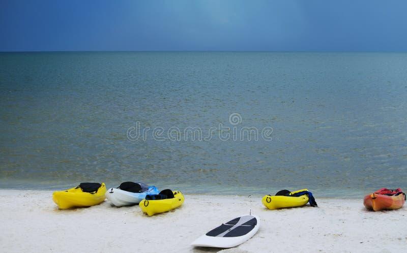 Bateaux sur le calme de plage avant la tempête image libre de droits