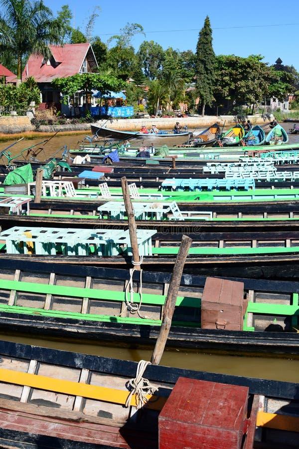 Bateaux sur le canal de rivière Banlieue noire de Nyaungshwe Lac Inle myanmar photos libres de droits