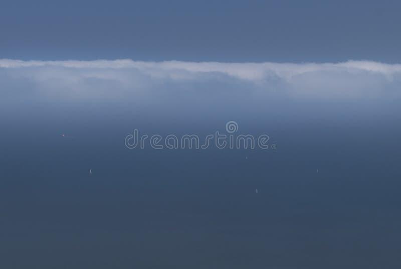 Bateaux sur le ciel photos stock