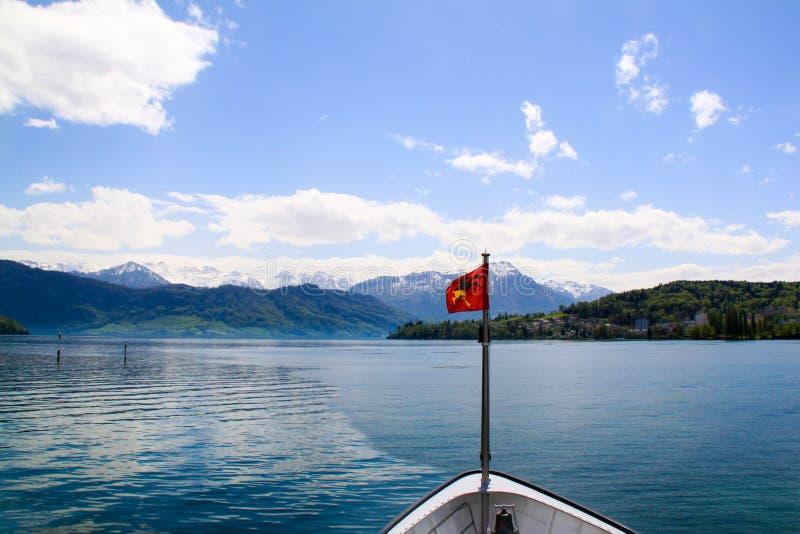 Bateaux sur le lac Annecy avec des montagnes photos stock