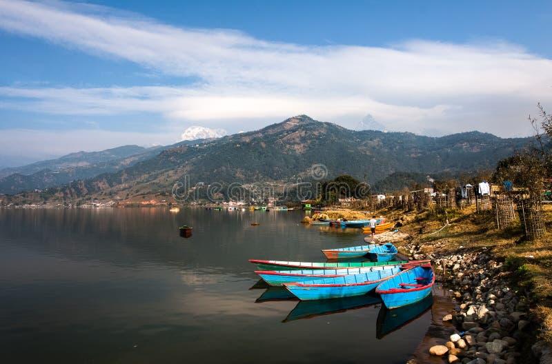 Bateaux sur le lac de l'Himalaya photos stock