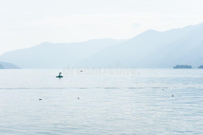 Bateaux sur le lac de maggiore de lago dans l'ascona Suisse avec de l'eau le paysage et de Mountain View images libres de droits