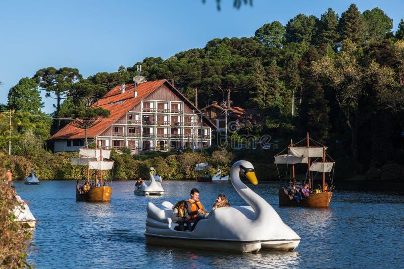 Bateaux sur le lac foncé Gramado Brésil photos stock