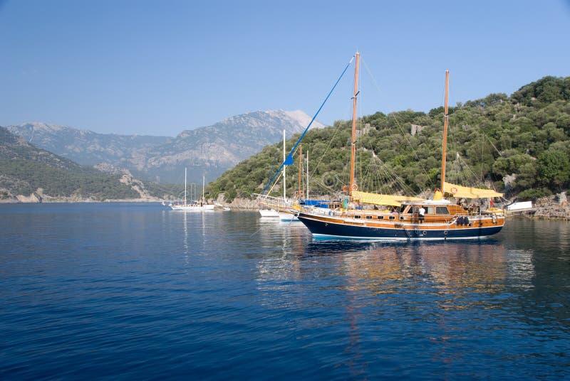 Bateaux sur le méditerranéen image stock