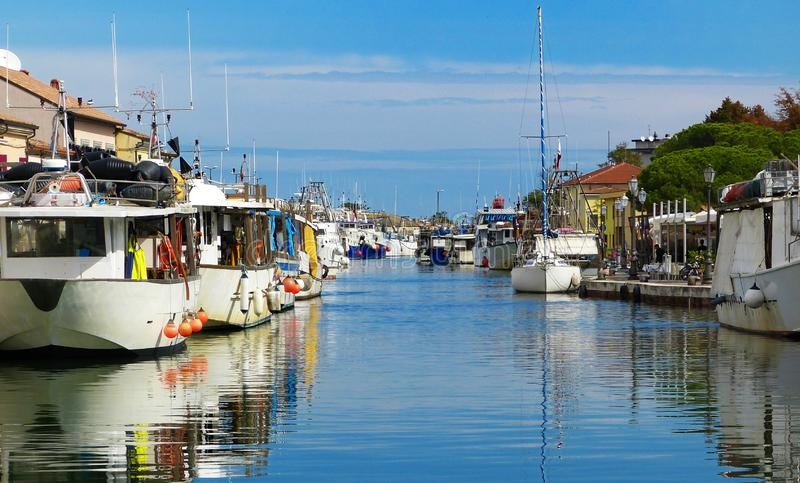 Bateaux sur le port Leonardesque de canal dans Cesenatico, Italie photos stock