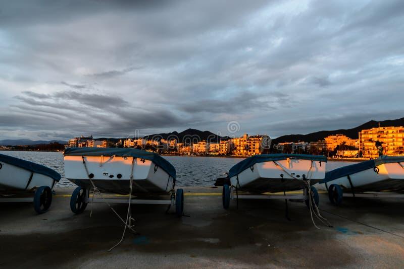 Bateaux sur le rivage aux roses, Costa Brava, Espagne images libres de droits