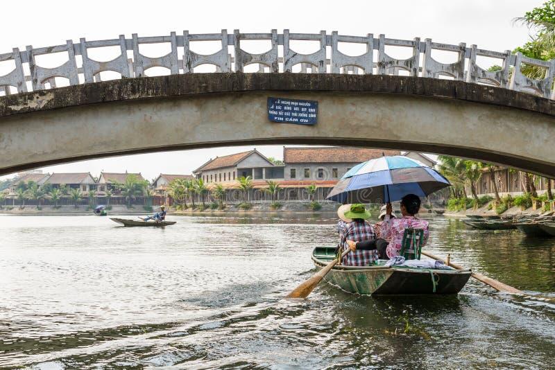 Bateaux sur Ngo Dong River près de village de Tam Coc dans Ninh Binh, V photo stock