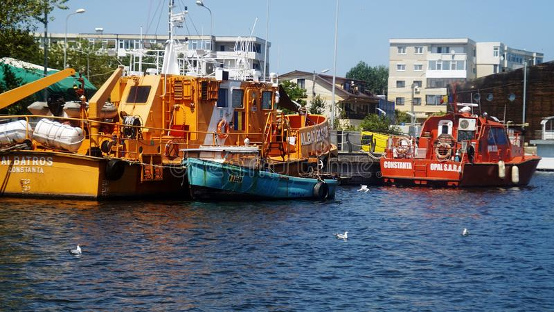 Bateaux sur un dock Bateaux de pêche professionnelle accouplés dans le port de Mangalia images stock