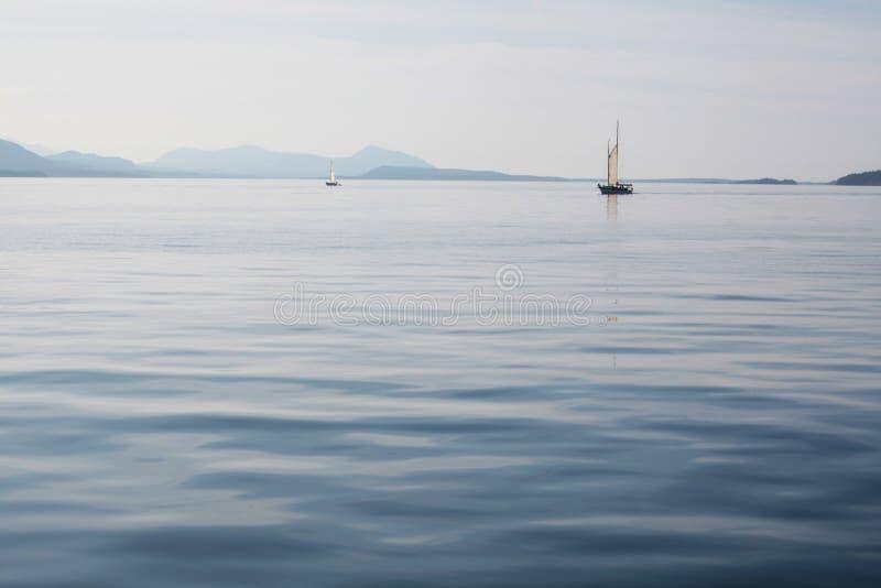 Bateaux sur une mer calme images libres de droits