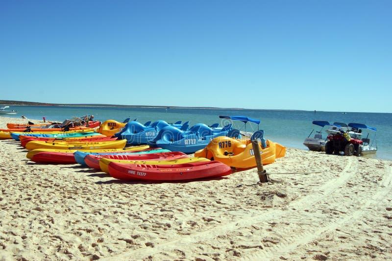 Bateaux sur une plage dans l'Australie photos libres de droits