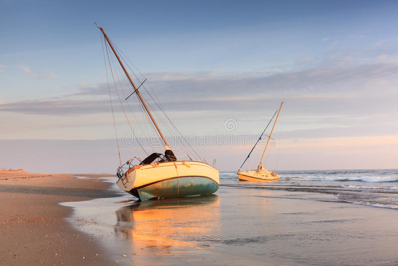 Bateaux sur une plage le Cap Hatteras la Caroline du Nord photos libres de droits
