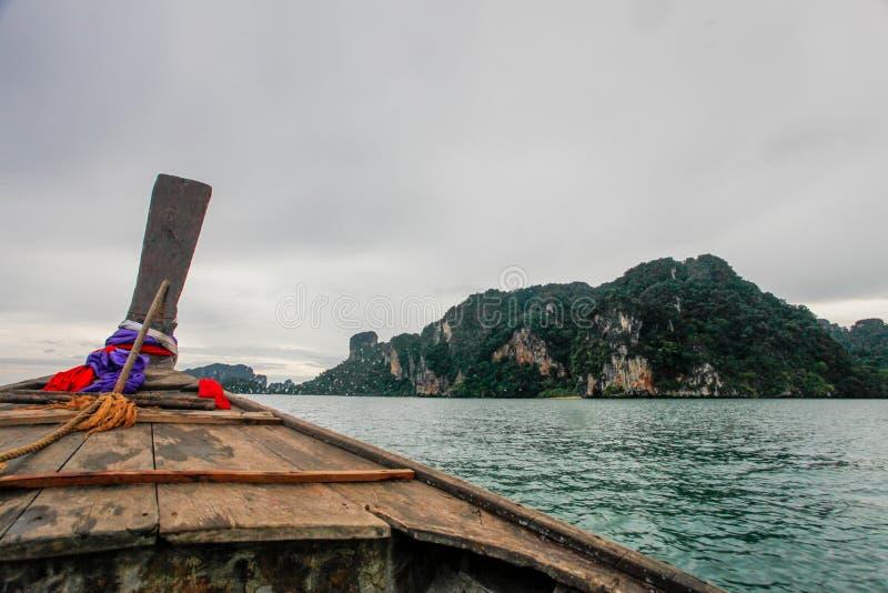 Bateaux thaïlandais sur la plage de krabi, Thaïlande images stock