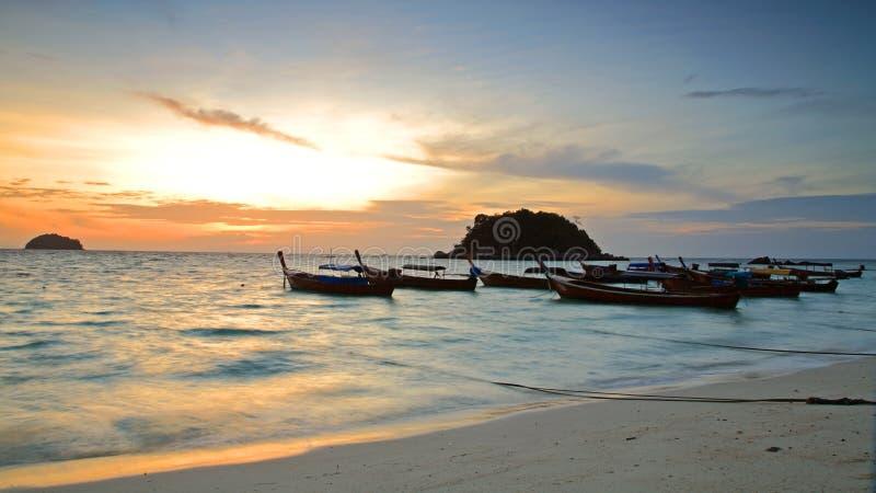 Bateaux thaïlandais traditionnels à la plage de lever de soleil photographie stock libre de droits