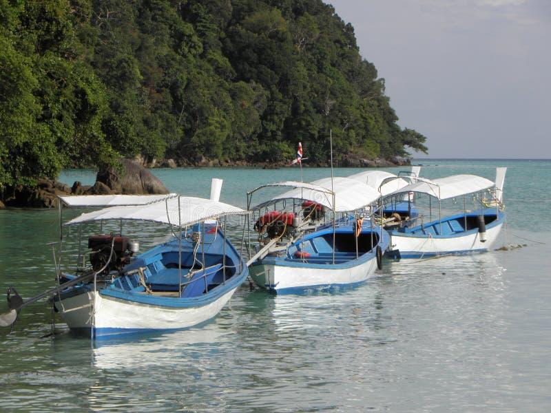 Bateaux thaïlandais traditionnels bleus et blancs de Longtail images stock