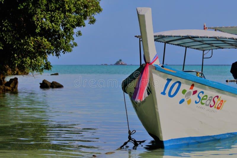 Bateaux thaïlandais traditionnels bleus et blancs de Longtail photos libres de droits