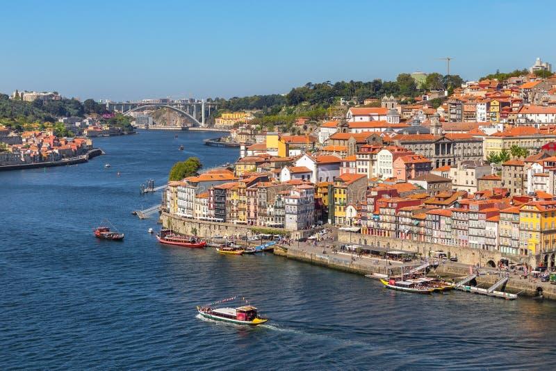 Bateaux traditionnels avec des barils de vin, sur la rivière de Douro dans la ville portugaise de Porto photographie stock libre de droits