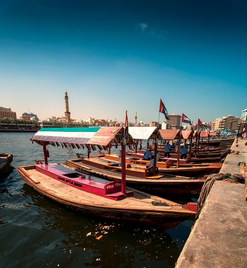 Bateaux traditionnels de taxi d'Abra dans Dubai Creek - Deira, Dubaï Deira, Emirats Arabes Unis photos stock