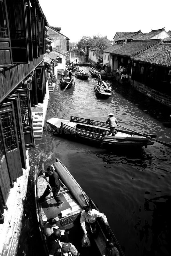 Bateaux traditionnels naviguant dans le canal image libre de droits