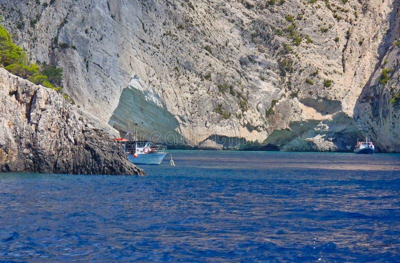 Bateaux visitant la caverne bleue, île grecque de Zakynthos, Grèce image stock
