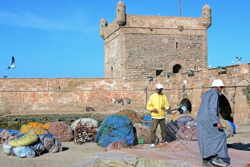 Bateaux, vitesse et pêcheurs de pêche sur le fond de Castelo vrai de Mogador photos libres de droits